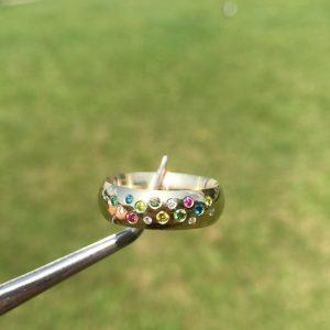 One for the ladies💎💍 Dancing diamonds looking like a candyshop🍭🍬  DM for info 📩 www.cphgrillz.dk  #diamonds #gold #ring #custom #made #handcrafted #vs #vvs #pink #blue #yellow #grillz #jewelry #denmark #copenhagen #danishdesign #cphgrillz